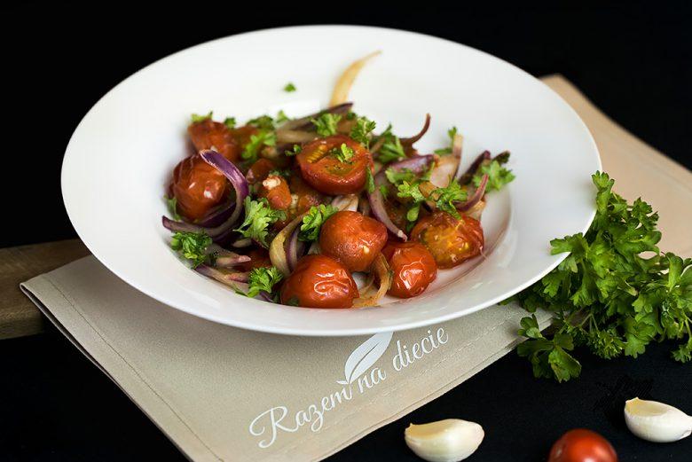 Duszona cebula z pomidorami