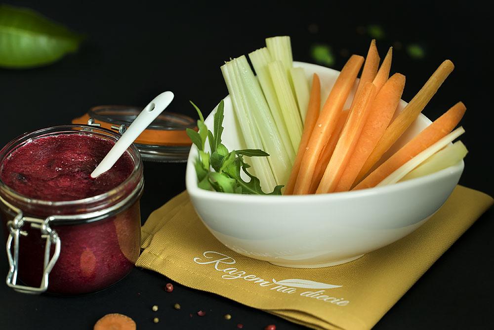 Snacki warzywne z pesto z buraka